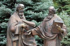 Памятник Кириллу и Мефодию в Киево-Печерской Лавре
